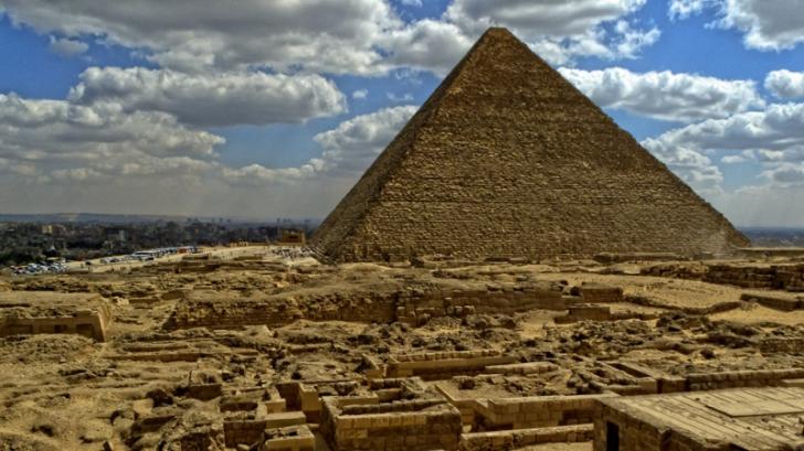 Gest şocant făcut de un turist german care vizita piramidele din Egipt. S-a filmat făcând asta