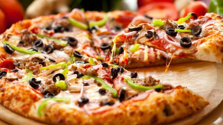 A comandat o pizza prin telefon, dar când a venit comanda o avut o surpriză şocantă