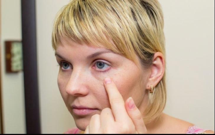 Aplică 15 minute acest amestec în jurul ochilor și scapi rapid de punctele inestetice de grăsime