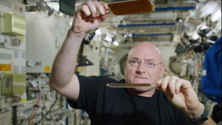 Cum joacă astronauţii ping pong în spaţiu. Demonstraţia VIDEO făcută de Scott Kelly