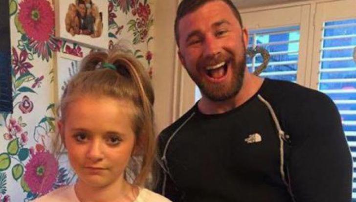 Găselniţa unui tată pentru a ţine băieţii departe de fiica sa: stârneşte râsul tuturor