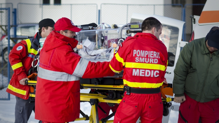 Doi trecători, transportați la spital după ce au fost răniți de o schelă care s-a prăbușit peste ei