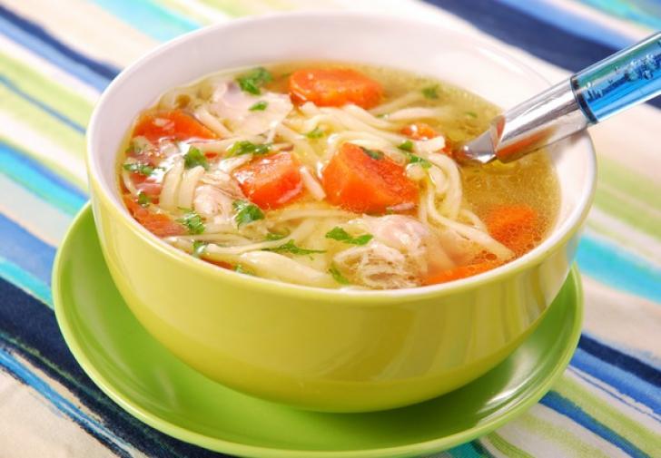 Supă rapidă de pui. Un singur ingredient face diferenţa!