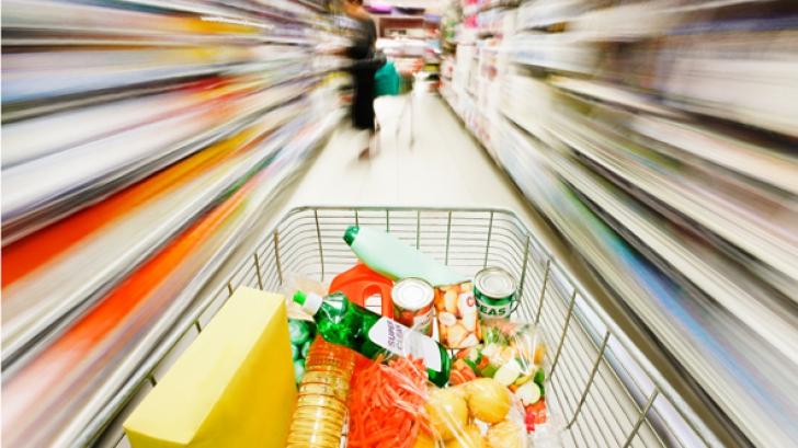 Şeful unui supermarket din Arad susţine că a fost obligat să spele carne expirată cu detergent