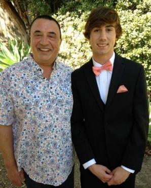 Acest bărbat împlineşte 15 ani LUNI. Fiul lui face, tot atunci, 5. NU e o glumă! Cum e posibil?