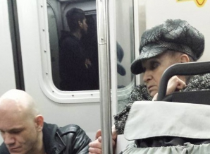 A urcat în metrou tremurând, înjurând. Brusc, ceva tulburător s-a întâmplat. S-a prăbuşit în lacrimi