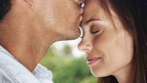 Barbat care saruta pe frunte