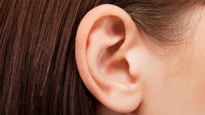 Cum să îți cureți corect urechile fără să folosești bețișoare