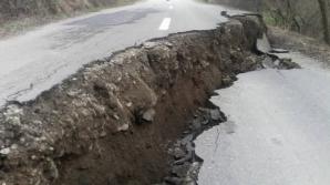 Imagini apocaliptice în Arad! Un crater imens pe un drum judeţean. Ce s-a întâmplat