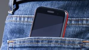 S-a dovedit ştiinţific! Pericolul major la care se expun bărbaţii care îşi ţin telefonul în buzunar