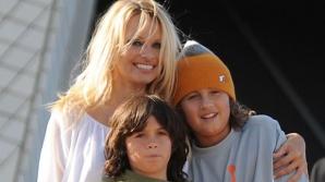 FOTO. Pamela Anderson are cu ce se mândri. Iată cum arată fiul ei, Dylan Lee. Are doar 18 ani!