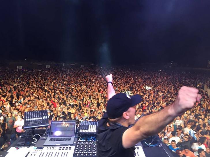 DJ faimos, în stare gravă la spital, după ce a căzut de pe scenă. Vezi momentul - VIDEO!