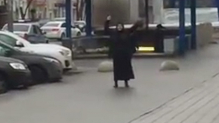 Incident halucinant în Rusia: o femeie în negru, cu un cap de copil în mână, a terorizat Moscova