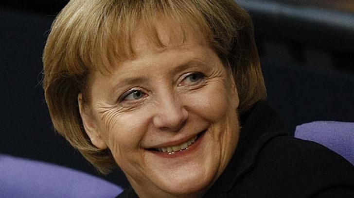 Angela Merkel, surprinsă într-o ipostază inedită: la un fast food, mâncând cu poftă cartofi prăjiţi