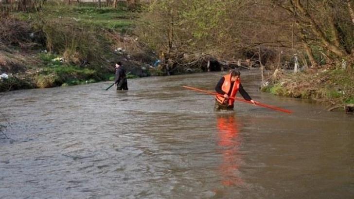 Îngrozitor! Ce au găsit localnicii plutind pe apele unui râu din Hunedoara
