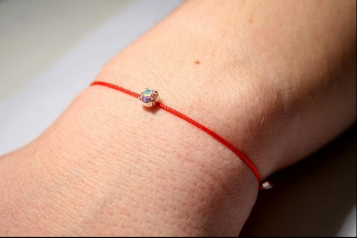 De ce nu e bine să porți un fir roșu pe mână. Se spune că aduce noroc, dar adevăratul scop este...
