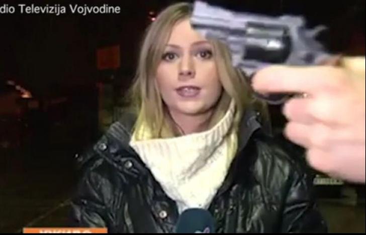 A ridicat arma în fața unei jurnaliste. Ce a urmat? Totul a fost transmis în direct, la televizor