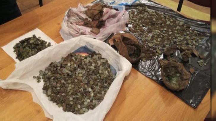 Comoară descoperită în Dâmbovița! Cum au găsit doi tineri 6.000 de monede din argint