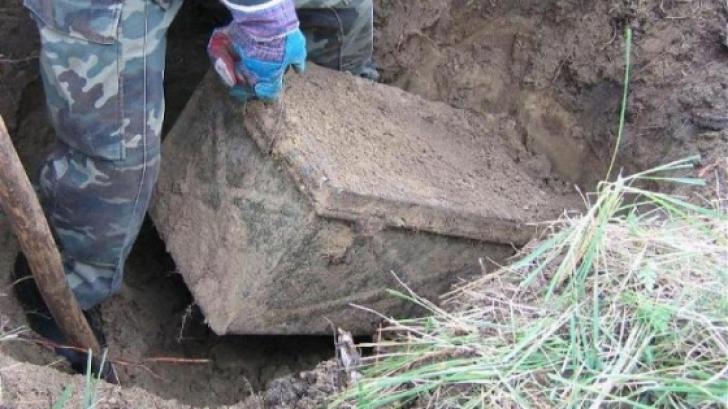 Au găsit un cufăr îngropat în pământ și l-au deschis. Ce au găsit în el, ascuns de zeci de ani
