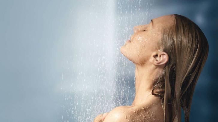 Greșeala majoră pe care mulți o facem la duș. Renunță la acest obicei