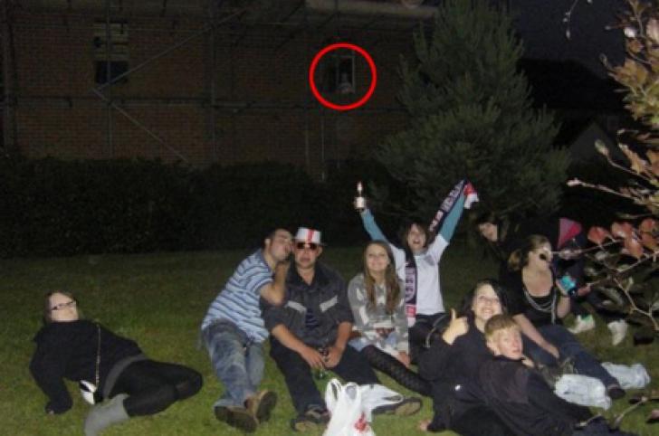 Detaliul înspăimântător apărut într-o fotografie a unui grup de prieteni. Ce înseamnă