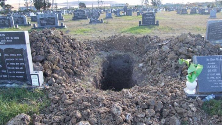 Mormântul s-a deschis și a ieșit târâș un om slab și murdar. Oamenii din cimitir l-au recunoscut
