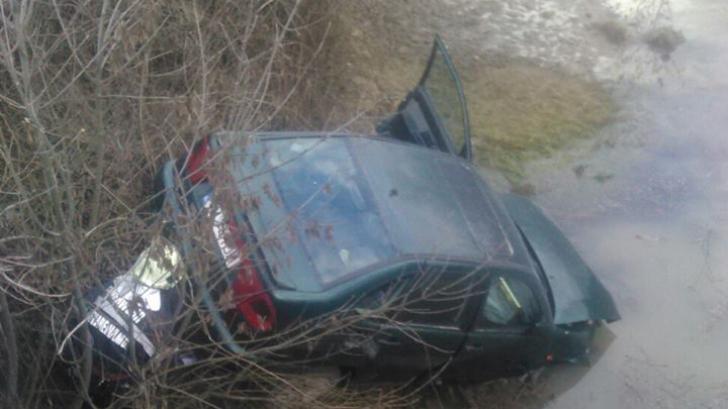 Accident în Timiş: două maşini s-au ciocnit, iar una a căzut într-o râpă. Care e bilanţul victimelor