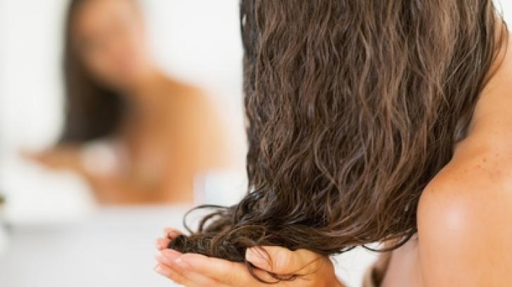 Părul poate crește mult mai repede dacă aplici această mască naturală. E gata în cinci minute