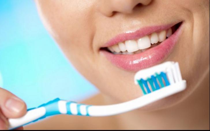 Ce se întâmplă dacă nu îți schimbi periuța de dinți la timp. Este mai rău decât credeai