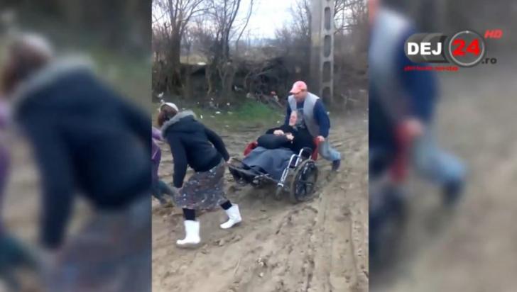Imagini incredibile din România, 2016. Cum se transportă un bolnav, spre spital, prin noroaie