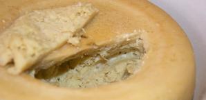 Cea mai periculoasă brânză din lume. Ai mânca aşa ceva?
