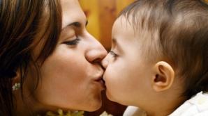 Îţi săruţi copilul pe buze? Adevărul dur despre acest gest aparent banal