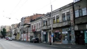 Scene de coşmar în Bucureşti. Un bărbat ameninţă că se aruncă de pe un imobil de pe Calea Griviţei