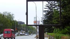 Accident grav în Arad. Un panou publicitar a căzut peste o bătrână