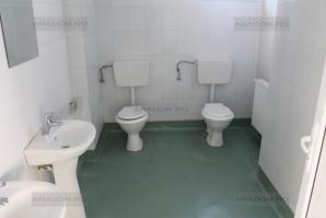 Grup sanitar cu două WC-uri alăturate, într-un spital nou-nouţ din România