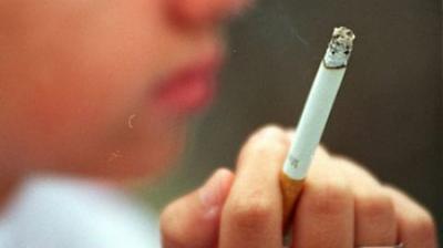 Elevi amendaţi pentru fumat: au fost prinşi cu ţigările aprinse chiar în curtea liceului