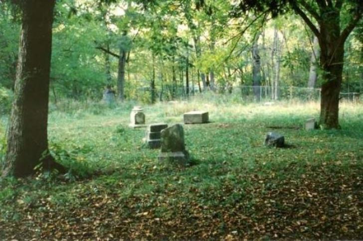 Acest cimitir e cel mai înfricoșător loc din lume. Seară de seară,printre morminte, se întâmplă asta