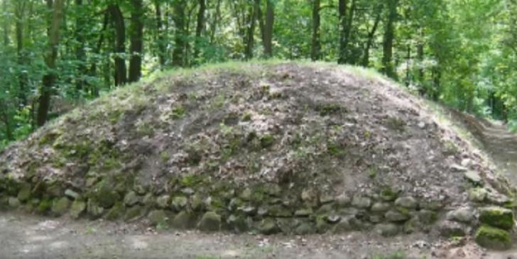 Par niște mormane de pământ, dar e descoperirea secolului. Sunt mai vechi decât piramidele