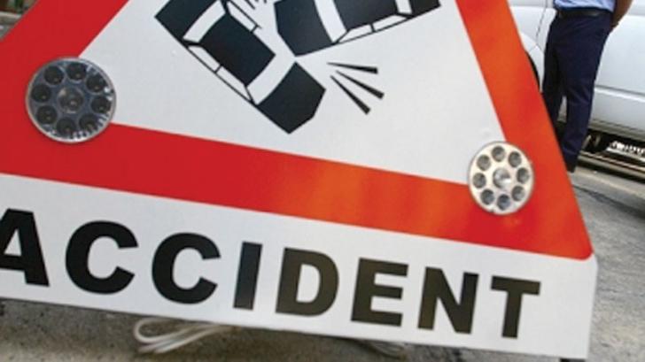 Accident grav pe DN6. Un autoturism s-a izbit violent de un copac: cinci victime