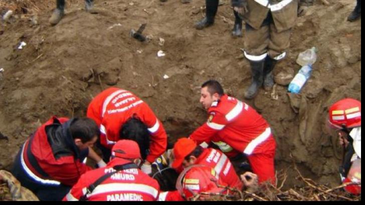 Trei muncitori care lucrau la execuția unei canalizări în Mehedinți, prinși sub un mal de pământ