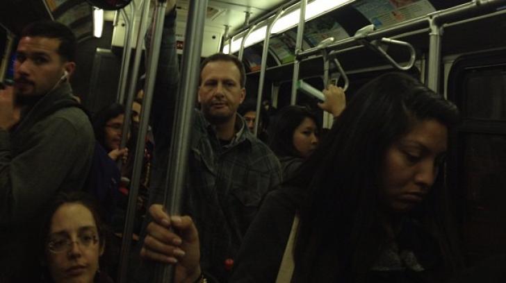 VIDEO. O femeie însărcinată a fost atacată de un bătrân că nu i-a cedat locul în autobuz