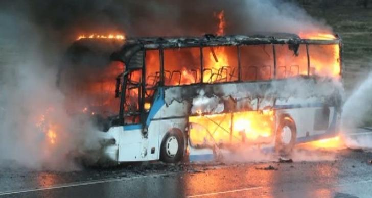 Un autocar cu pasageri a luat foc în apropiere de Cluj-Napoca