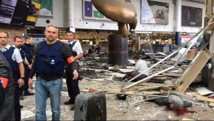 O fetiță plânge pe cadavrul mamei, după ce a supraviețuit exploziei de pe aeroportul din Bruxelles
