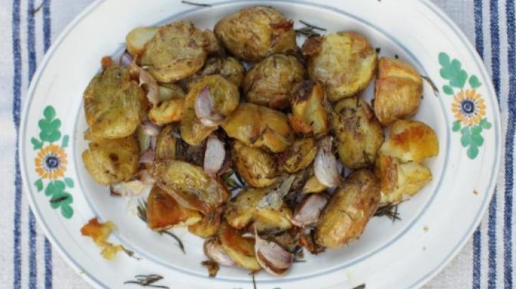 Cea mai simplă reţetă de cartofi la cuptor. Ingredientul secret care dă tot gustul