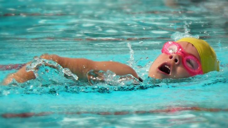 Zeci de copii din Bacău, la Urgenţe după ce au înotat într-un bazin al Primăriei. Cauza, incredibilă