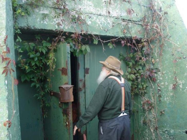 A deschis ușa din spatele curții și a mers prin tunel până în capăt. Acolo a rămas fără cuvinte