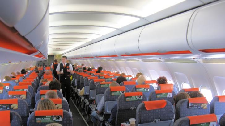 Panică în avion, înainte de decolare. Ce a văzut o femeie pe telefonului bărbatului de lângă ea