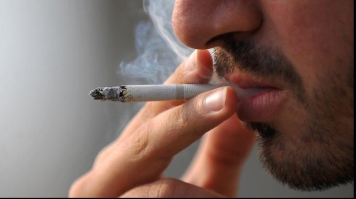 """""""Victime"""" ale legii antifumat: ce au păţit doi tineri care şi-au prins ţigările într-un loc nepermis"""
