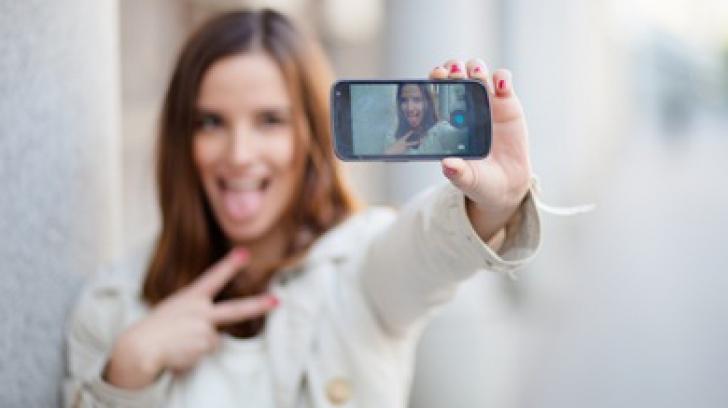 Moda periculoasa care face furori printre adolescente: cum au inceput sa se fotografieze
