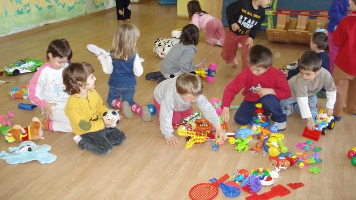 IMAGINI ŞOCANTE. Copii agresaţi la o grădiniţă privată din Bucureşti